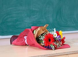Цветы учителю — как выбрать букет для учителя?