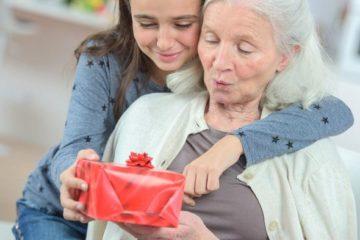 45 идей, что подарить бабушке на день рождения