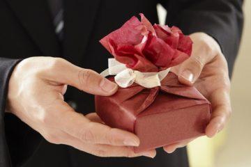 ТОП 98 идей что подарить Жене на День Рождения и Что лучше не дарить