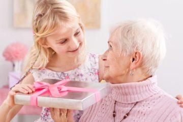 Что можно подарить бабушке на День рождения: 50 идей лучших подарков. Что можно подарить бабушке на День рождения своими руками: идеи, фото. Как сделать бабушке на День рождения открытку, аппликацию от внуков, какую можно ей спеть песню, рассказать стишок?