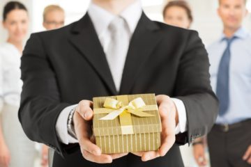 Что подарить коллеге по работе, сотруднице: лучшие недорогие подарки