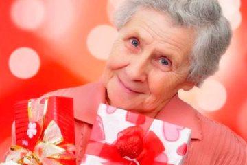 Что подарить бабушке и дедушке на рождение внуков: идеи оригинальных подарков