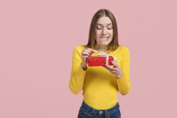 ТОП 100  Идей Что подарить девочке 16 лет. Крутые, недорогие и оригинальные подарки