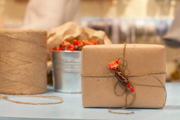 Упаковка подарков в крафт бумагу: Очень много идей